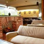 四ツ橋カフェ - 自然石やレンガの装飾に包まれた、落ち着いた店内です。