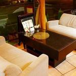 四ツ橋カフェ - ゆったり座れるソファー席は、かわいい暖炉の前。