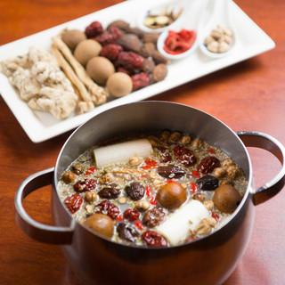 数十種類の漢方食材を配合したスープ