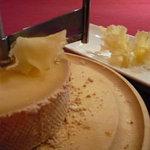 しげんぼう 1-4-6 Bar - 花びらのように薄くスライスしたチーズ、テート・ド・モアンヌ