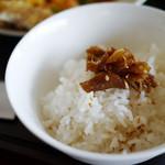 琳 - 定食についてくる生姜の佃煮をご飯に乗せて