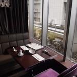 ジョーズ シャンハイ ニューヨーク  - 窓側のテーブル席