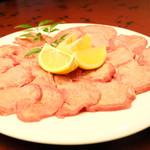 たらふく - 料理写真:【塩タン】塩・コショウが効いていてジューシーな味わい。