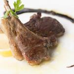18 - ヘルシーで柔らかくジューシーな『仔羊のグリル』 脂肪が少なく低カロリーの仔羊を塩味のグリルに。お好みでレモンを絞れば、さらにさっぱりとした逸品に。