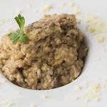 18 - まろやかな味わいの『ポルチーニ茸のクリームリゾット』 一口ごとにイタリア産ポルチーニ茸の出汁と旨みが広がります。クリーミーかつ濃厚なコクを感じられる一品。