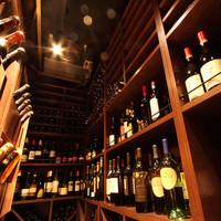キュベ イトウ - 世界各国の豊富な種類のワインが1500本ほど用意されています