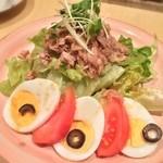 フォンターナ - 今日の晩ご飯は『フォンターナ』で。まずは「ツナサラダ/ハーフ(430円)」。なんか可愛いw