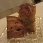 イルメリオ - 自家製 炒め玉葱のフォカッチャ、クルミとレーズンの全粒粉