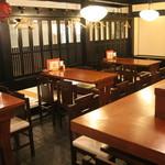 串かつ料理 活 - 落ち着いた雰囲気の店内。
