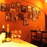 ナポリの下町食堂 - 店内奥のお席は落ち着いた雰囲気★ワインを嗜むにも最適です!
