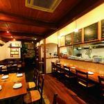 ラ キアーヴェ - 古材を使った温もりある店内は、イタリア・トスカーナの田舎にあるレストランをイメージしてデザイン