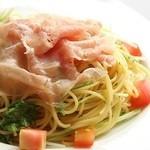 ウェルズ キッチン - 生ハムとトマトのアーリオオーリオ~辛くないペペロンチーノ味のあっさりパスタ~