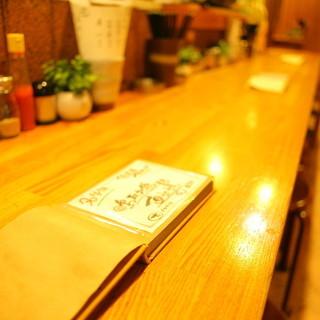 串焼きを2人で楽しめるカウンター席と半個室席
