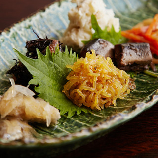 京都ならではの味わいを楽しめる『おばんざい盛り合わせ』