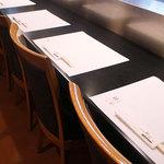 神谷 - 広めに設けられたカウンター席。ゆったりお寛ぎ頂けます。