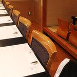 神谷 - カウンター8席、おひとり様やカップルでもゆっくりお食事をお楽しみ頂けます。
