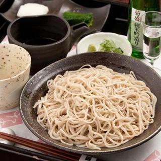 蔵+蕎麦 な嘉屋 - 料理写真:水を使わずに酒だけで打った十割の酒蕎麦。