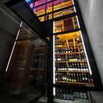 牡蠣屋 - 一階の部屋からは数千本のワインが一望できます。