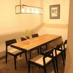 TAKU円山 - 落ち着いたテーブル席は接待などにぜひ。