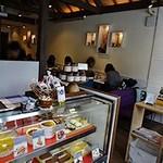 Cafe Xando - 入口にはスイーツのショーケースがあります