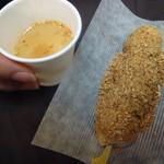杵つきごま本舗 ごま福堂  - 「金ごま醤油餅(120円)」とセルフの「金ごま玉ねぎスープ」