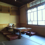 博多 弁天堂 - 陽の光が入る明るい店内(2014/2)