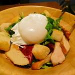 ボジュン トミガヤ - 自家製「湘南地鶏の燻製」とグリーンリーフのサラダ有精卵添え