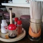 藤食堂 - @卓上セット内容写真 ・塩 ・爪楊枝 ・胡椒 ・一味 ・割り箸
