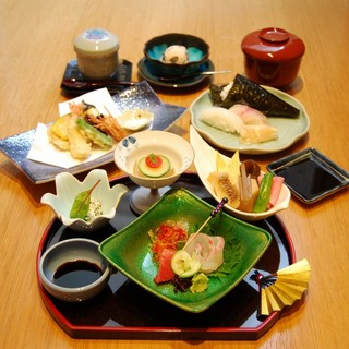 お昼のお食事、コース3種ご用意致しております。