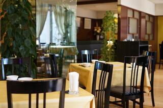 赤坂 四川飯店 - 席の間はゆったりと・・・