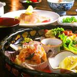 希志庵 - 【竹籠ランチ 】週替わりで季節ごとの旬の味わいが楽しめる。メインは肉と魚が選べる。プラス200円でドリンク付。