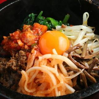 チヂミ・もつ煮に冷麺・カレーまで…こだわりの手作り一品料理◎