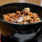 24530569 - 炭焼き鶏丼は黒い色の深い丼に入っています