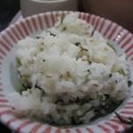 あんず - お弁当の最初のご飯は季節のご飯、この日は高菜のご飯でした。   季節のご飯は最初だけですが2杯目からは白御飯か雑穀御飯のお替りができます。
