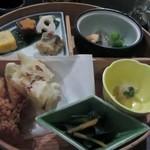 あんず - メインの鉢にはトンカツ屋さんとは思えない身体に優しい野菜中心の料理が並びます。