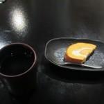 あんず - お弁当を食べ終ったら温かいジャスミンティーとデザートを店員さんが持って来てくれました。  ジャスミンの独特の香りが心をやすめてくれました。