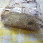 ブーランジェ メーテール - フランスパン系のパン ハーフカット 280円 なんだったかな・・・ レーズン、ナッツなど