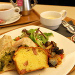 カフェ シュクラ - 平日限定ランチプレートは、シュクラ特製ラタトゥイユと季節のお野菜が入ったケークサレをお楽しみいただけます。