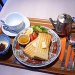 カフェ シュクラ - 平日11:30までのモーニングサービス。お好きなドリンク+200円でトースト、ヨーグルト、ミニサラダ、自家製スープが付きます。