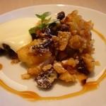 カフェ シュクラ - イギリスの家庭のおやつ、りんごとバナナのクランブル。クランブルのサクサクとしたクランブル、しっとりとしたフルーツの食感が絶妙です。