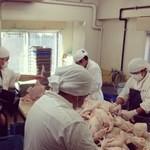鳥藤 - プロが厳選した鶏肉は鮮度を保つため、職人が手作業で解体しています。