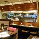 たらこ屋 - テーブル席とカウンター席越しの厨房