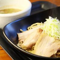 夢っ志愈亭 - つけダレとの相性にこだわった、全粒粉入りの太麺。つけダレと麺、それぞれの味を堪能できます。