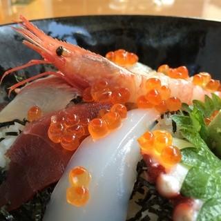 おすすめは新鮮な魚介類を使用した「海鮮丼」!ランチ500円~