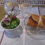 ビストロ プティポワ - パンとサラダ