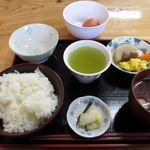 ポッポハウスひろちゃん - 料理写真:たまごかけごはん定食(300円)。座ったら自動でこれ