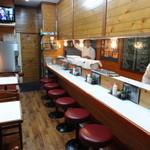 キッチンアオキ - 店内(右がカウンター席、左がテーブル席)