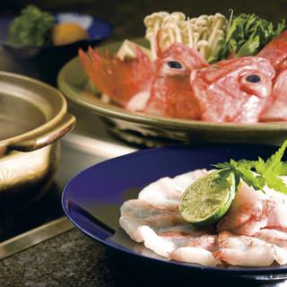 厳選した魚介を中心とした旬の食材。人気はきんきのしゃぶしゃぶ