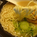 豚骨醤油らーめん學虎 - 低加水の細麺
