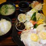 山小屋 - ハムエッグ定食750円